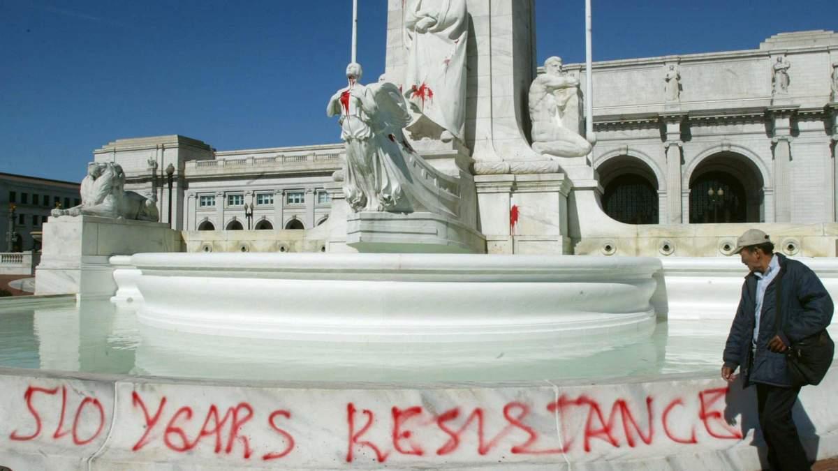 Статуї Колумба не раз обливали червоною фарбою