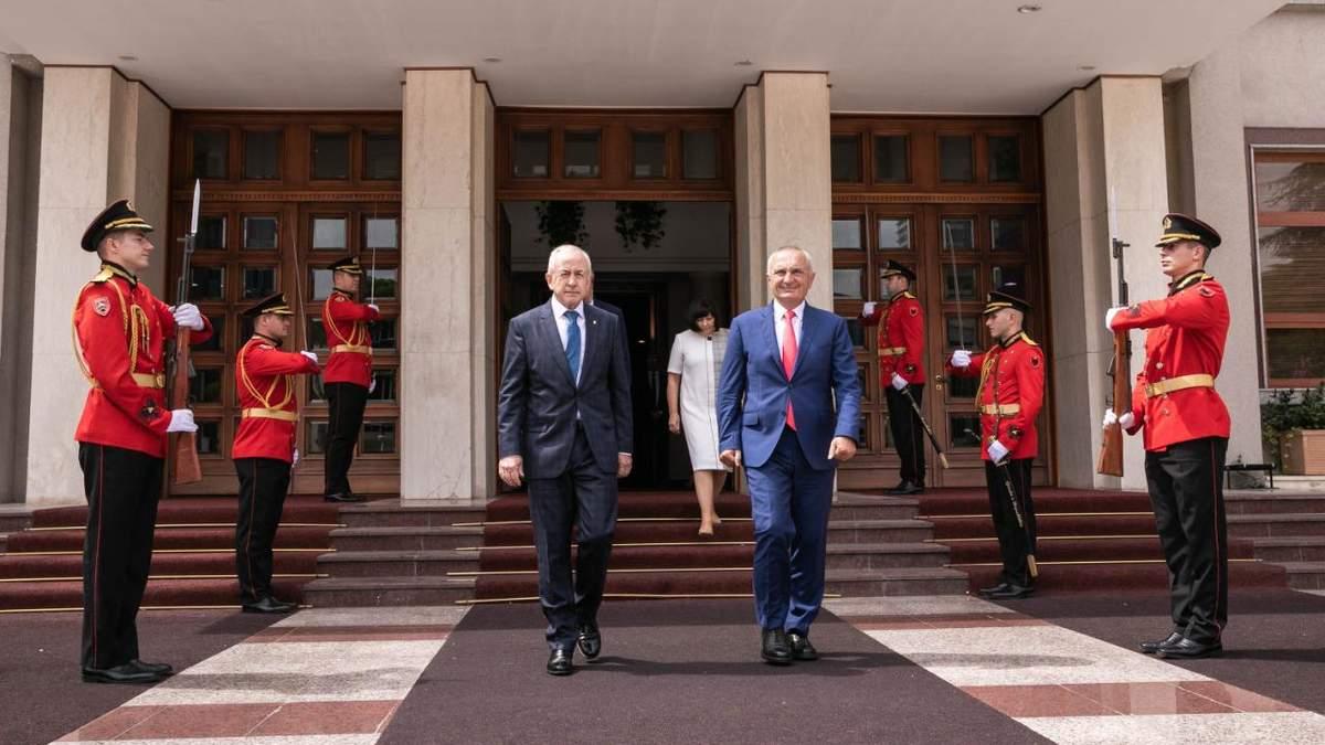 Президент Албанії Ілір Мета та посол України Володимир Шкуров