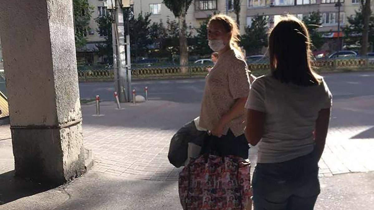 У Києві жінка несла дитину вулицею в пакеті: шокуюче відео