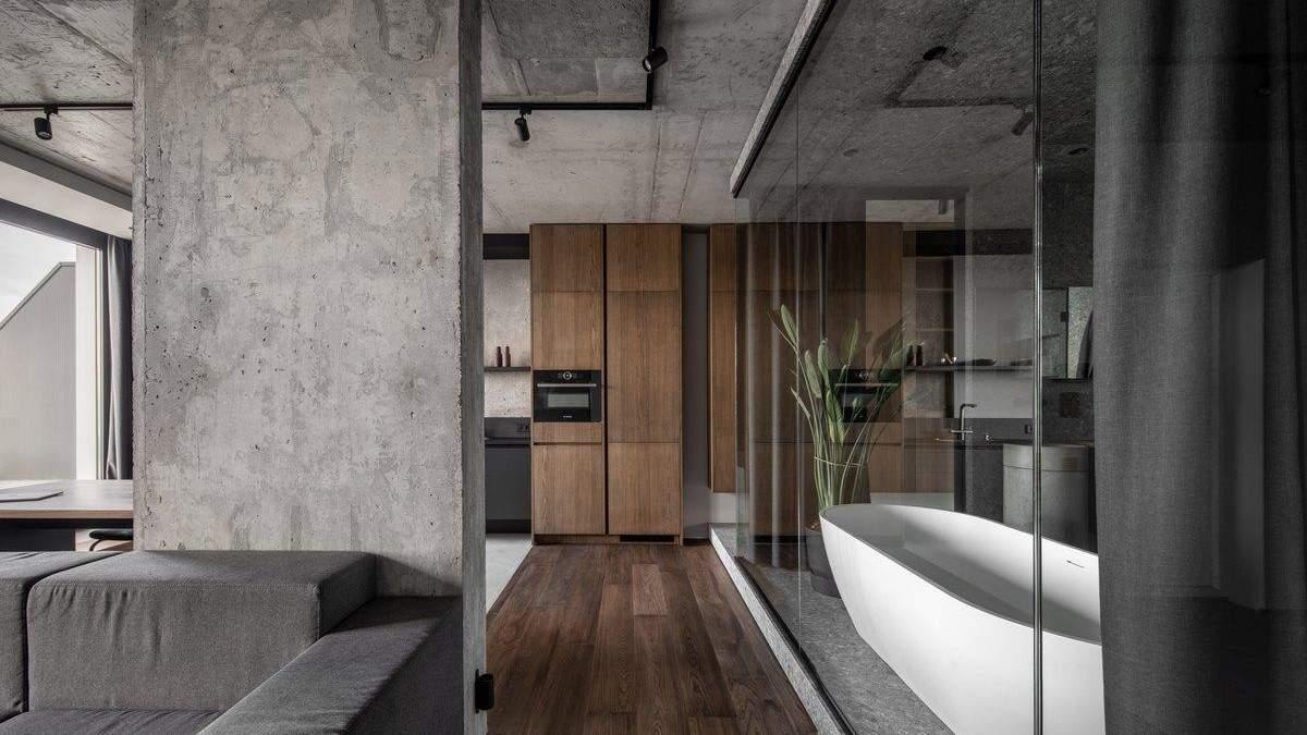 Ванна посреди комнаты и бетонные стены – стильный интерьер квартиры на Рыбальском острове