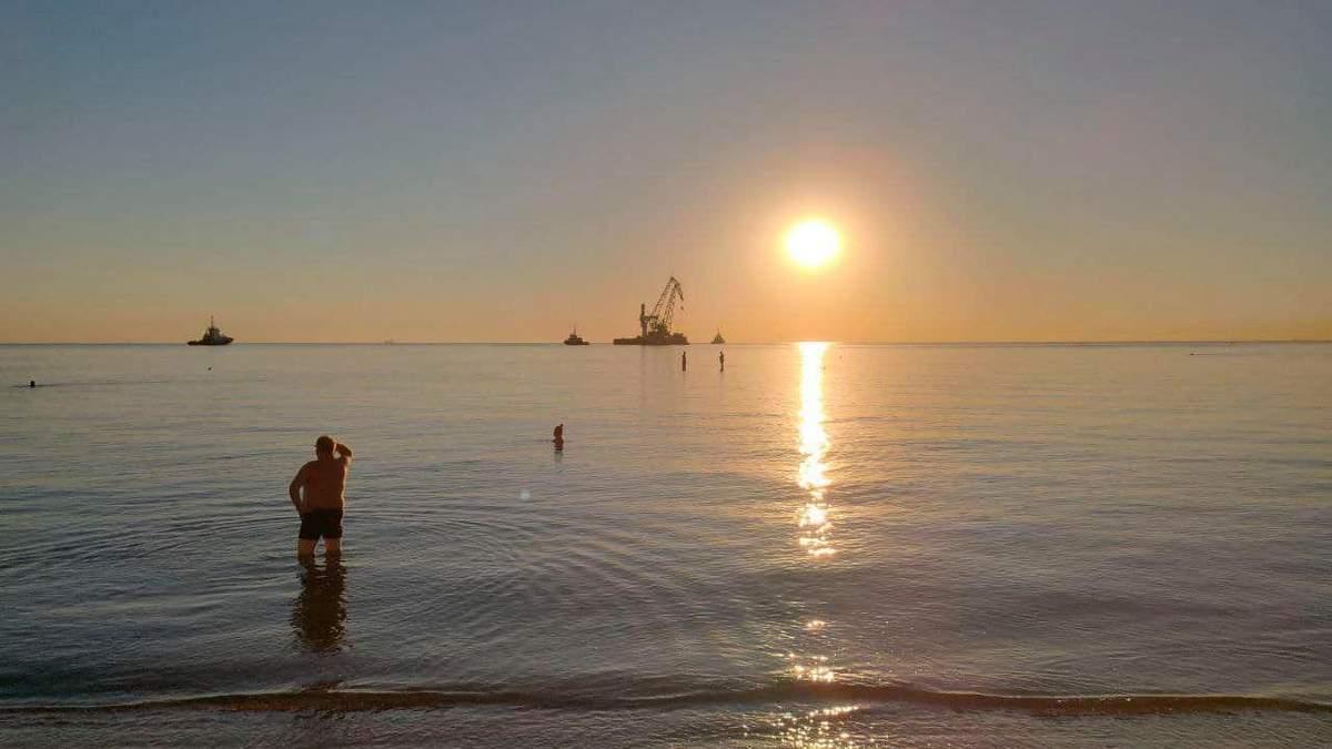 Танкер Delfi прибрали з пляжу Дельфін, Одеса: фото