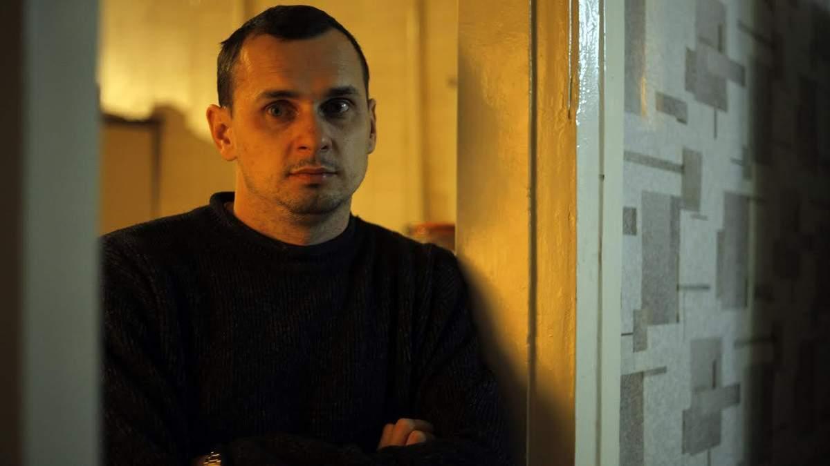 Сенцов подарував Зеленському банку з портретом Порошенка