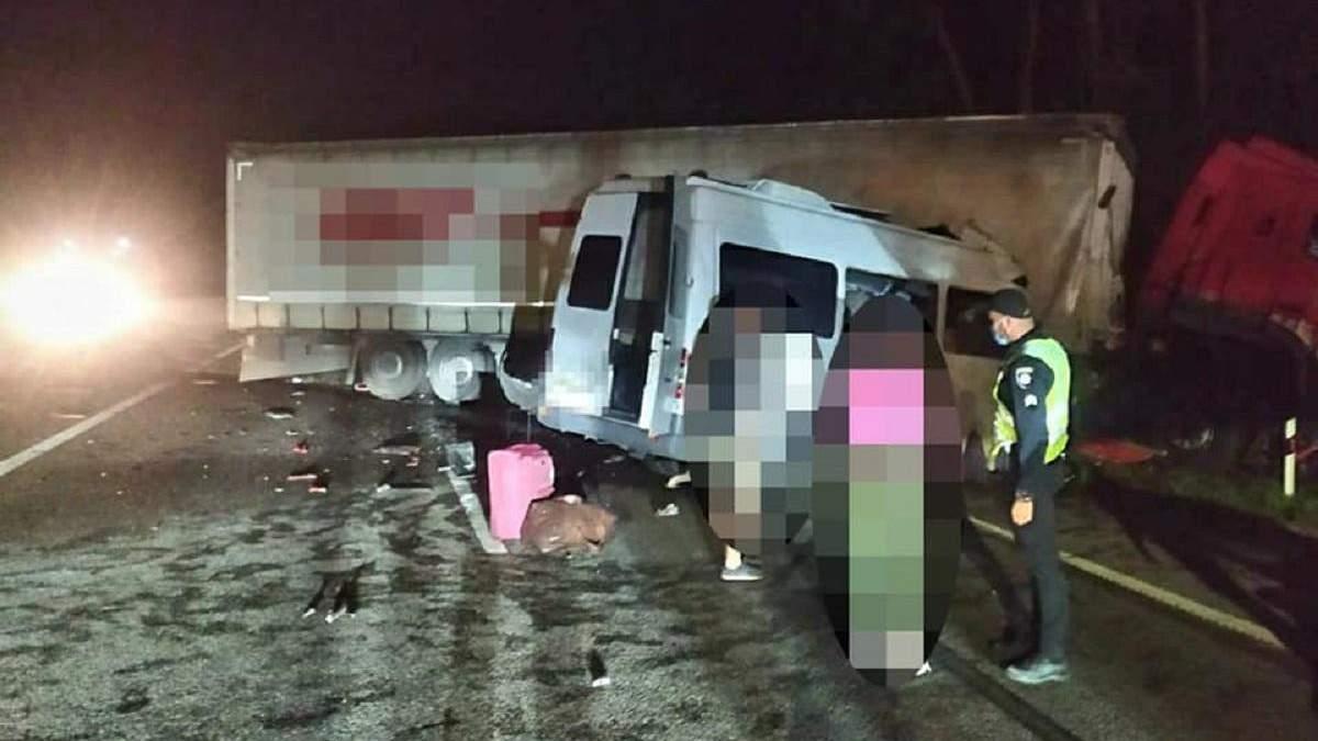 Під Києвом ДТП з 4 автомобілями: загинули 6 людей, 18 травмованих