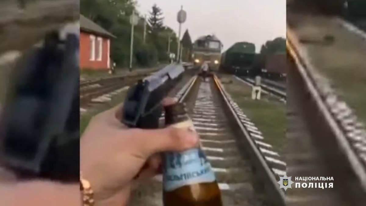 Заради відео в Instagram: на Вінниччині п'яні чоловіки бігали по колії та стріляли в потяг