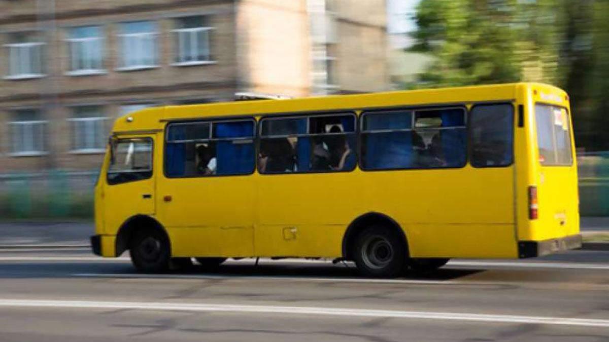 В Киеве неизвестный обстрелял маршрутку с людьми: видео