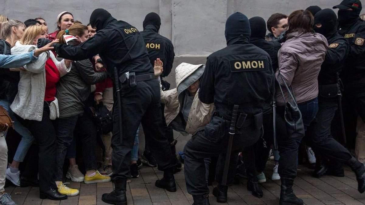 Омоновцы жестко задерживают женщин в Беларуси