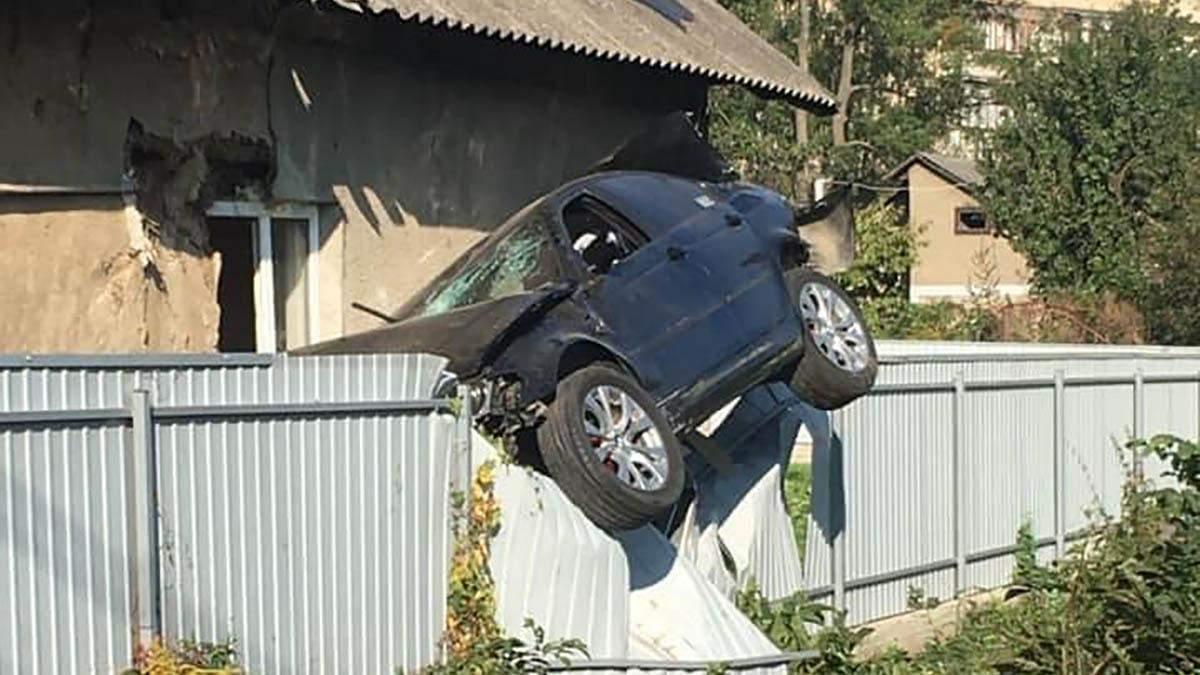 В Черновцах авто протаранило забор