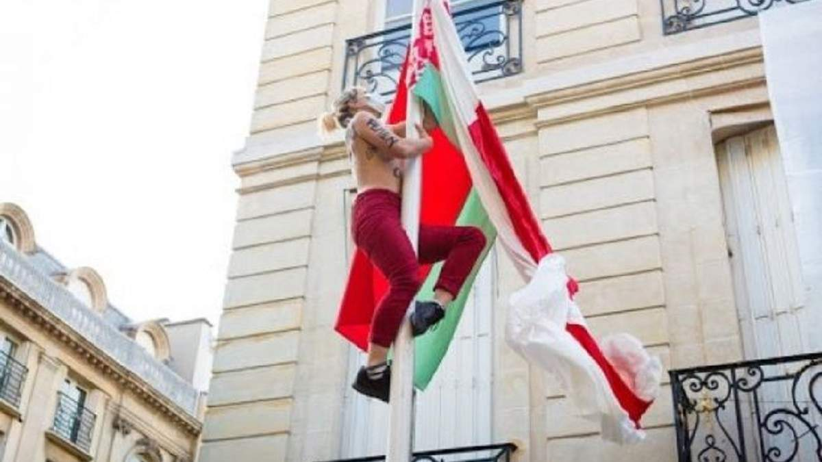 У Франції активістки Femen атакували посольство Білорусі