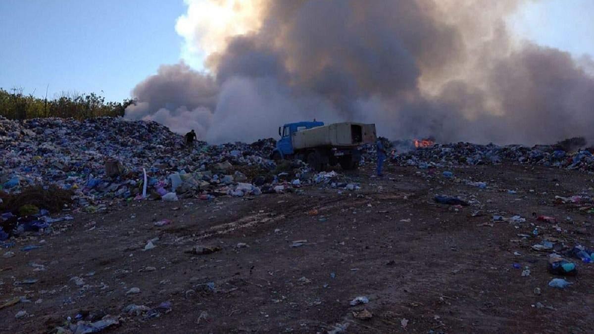 Под Николаевом вспыхнул пожар на мусорной свалке