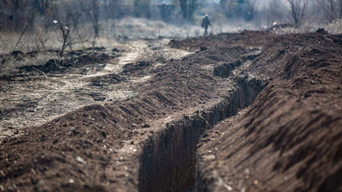 Окупанти на Донбасі порушили домовленості: бойовики копають траншеї