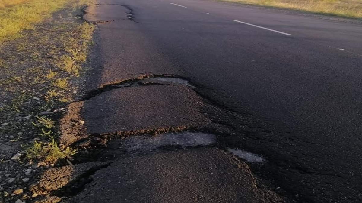 Під Запоріжжям тріснула щойно відремонтована дорога: фото