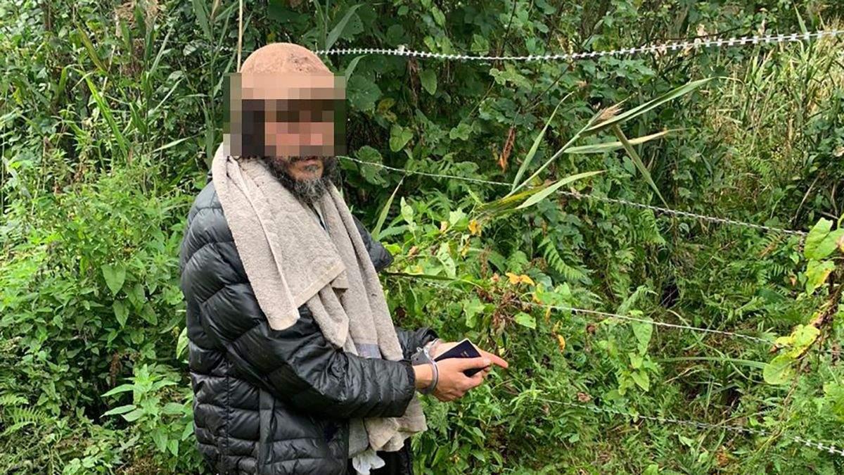 Пробирався болотами: хасида затримали на кордоні з Білоруссю - відео