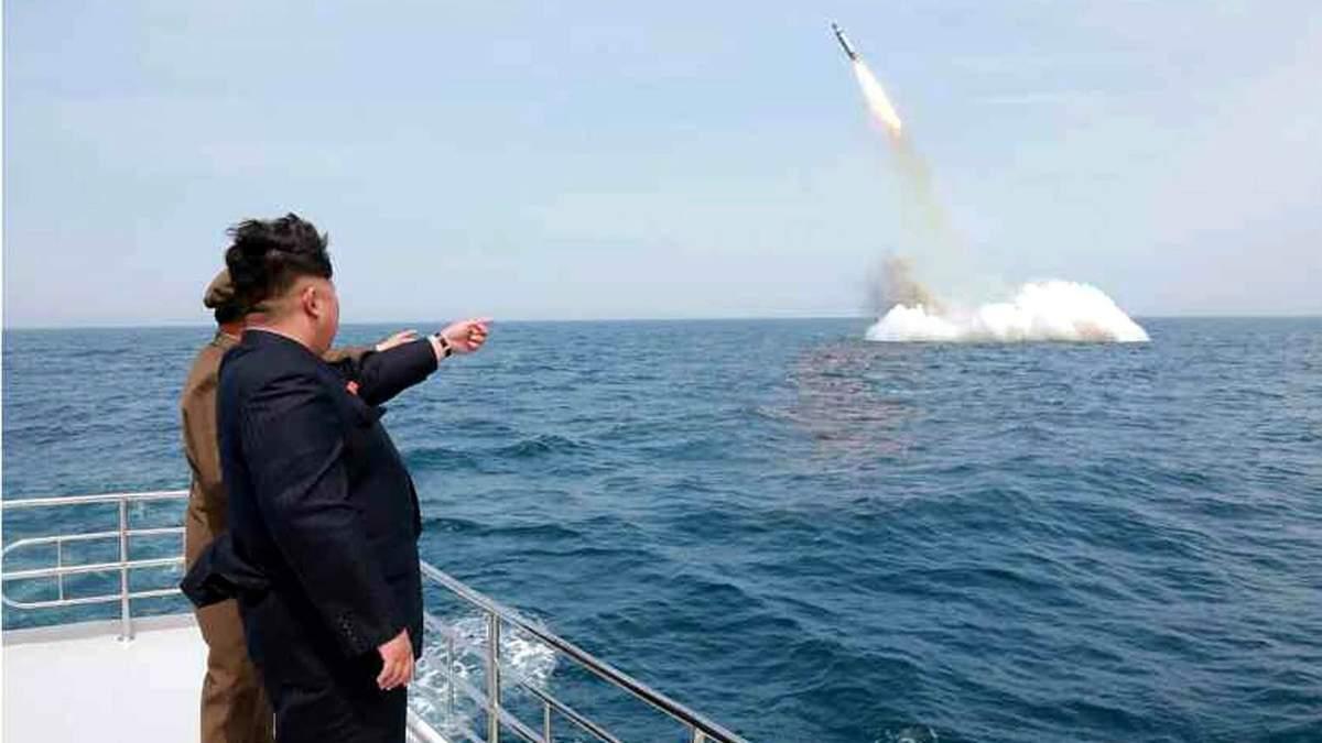 Ким Чен Ын наблюдает за ракетным тестом