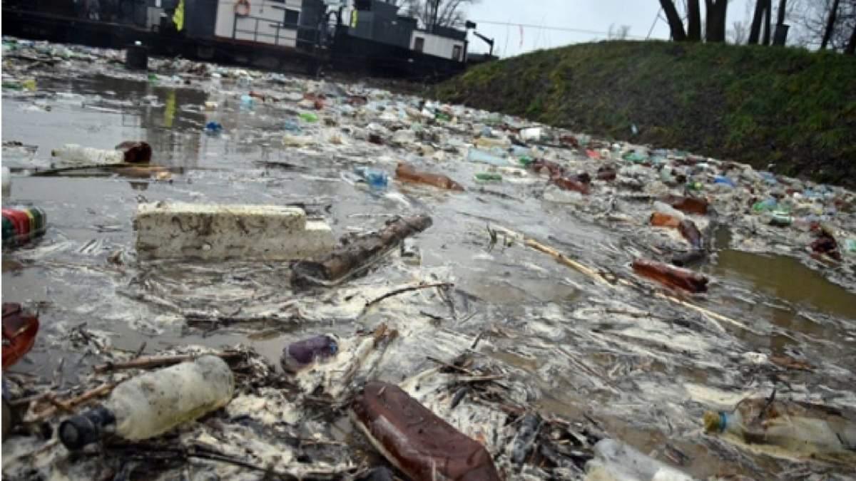 Пластик у річці Тиса