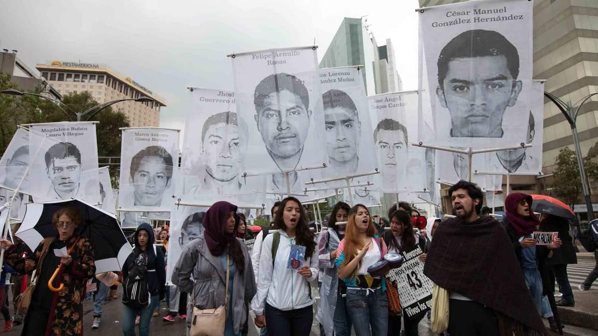 Митинг в годовщину исчезновения 43 студентов в Мексике