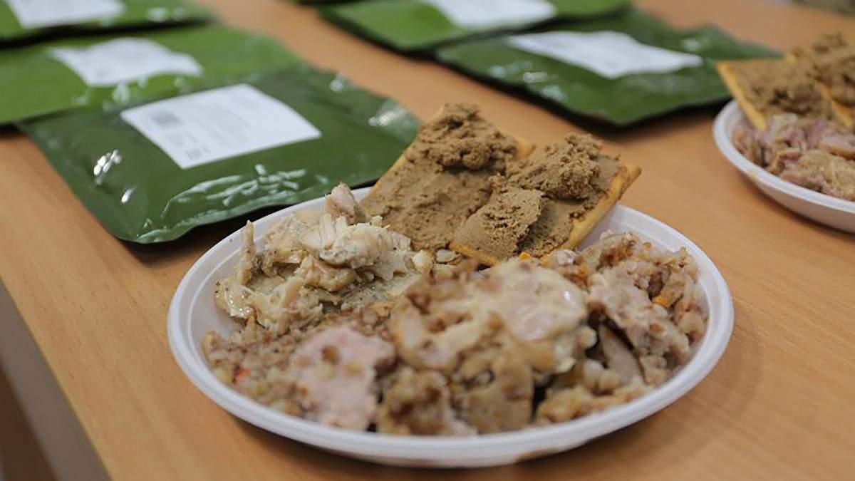 Нацгвардейцы показали некачественные сухпайки, которыми их кормят