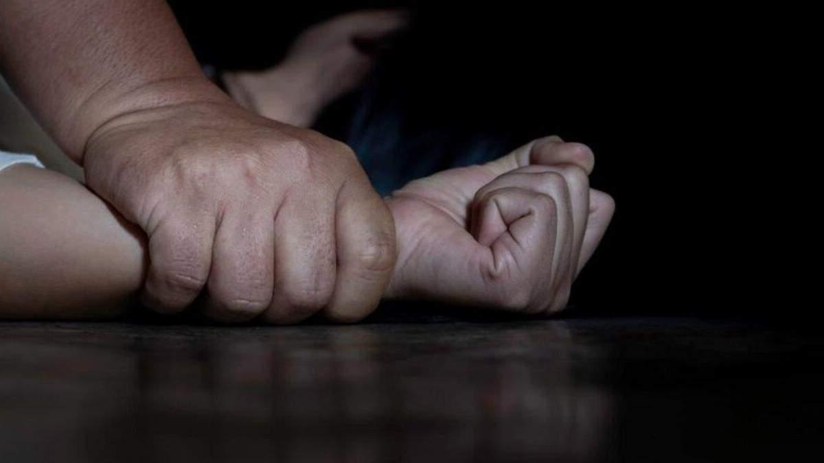 В Киеве средь бела дня мужчина изнасиловал несовершеннолетнюю