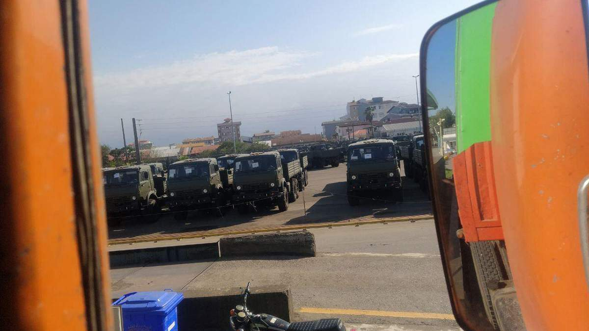 Російські камази на кордоні з Вірменією