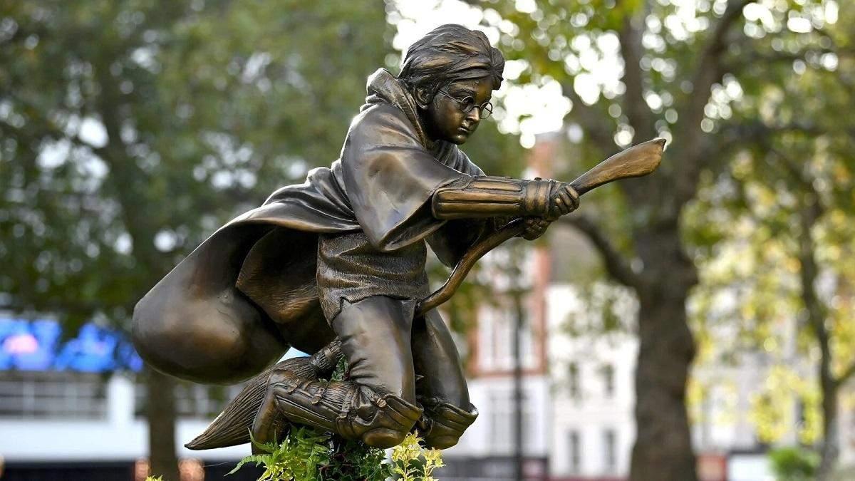 У Лондоні відкрили пам'ятник Гаррі Поттеру