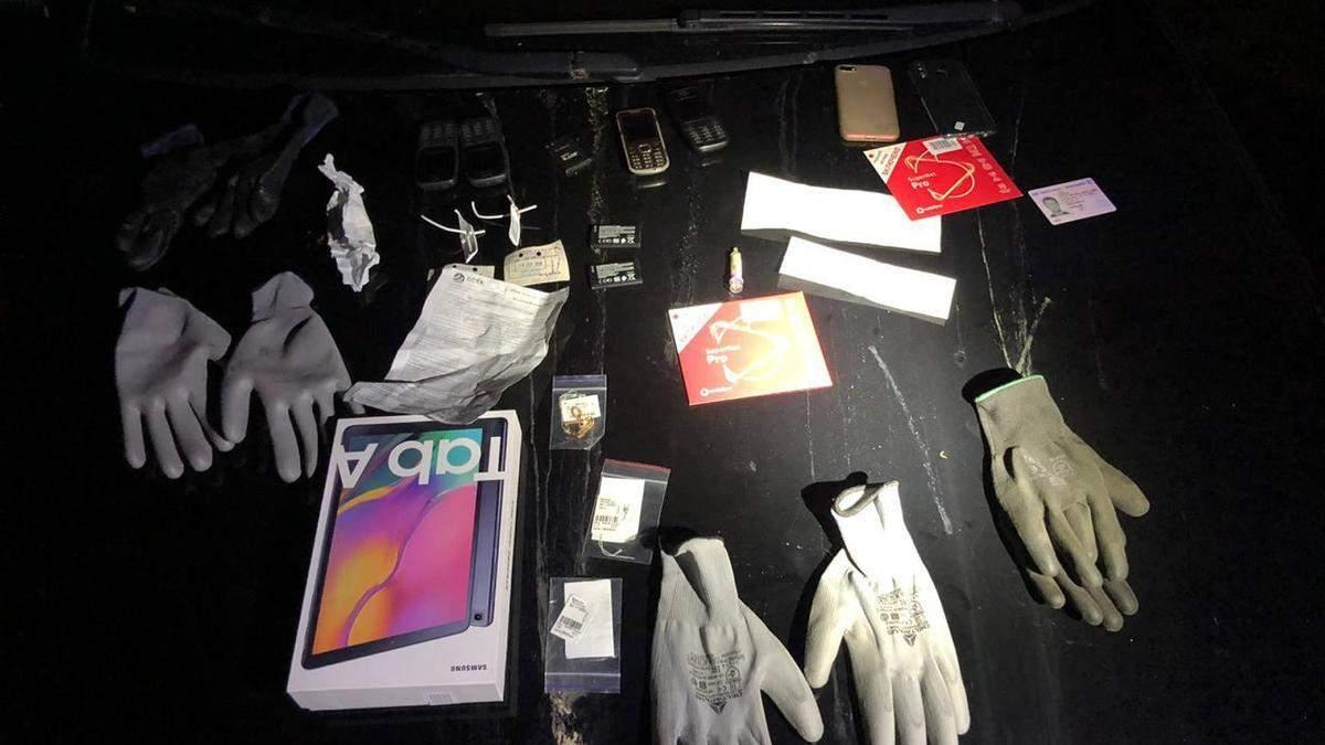 Підозрюваних у численних пограбуваннях банкоматів затримали із речовими доказами