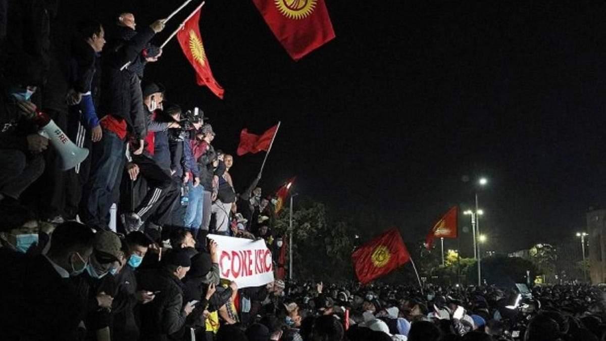 В Кыргызстане участники протестов окружили здание парламента
