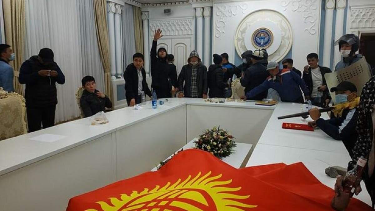 Протесты в Кыргызстане: митингующие захватили резиденцию президента – фото, видео