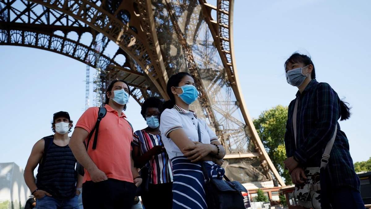Жители Парижа в масках