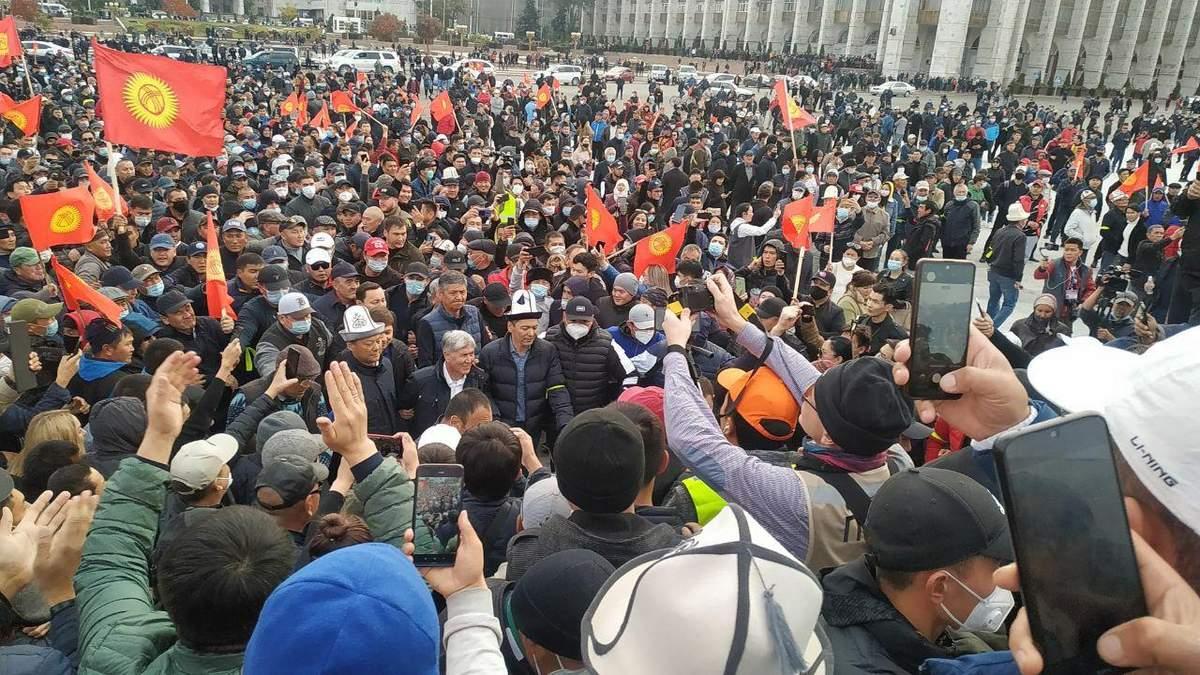 Во время протестов в Кыргызстане начались кровавые столкновения