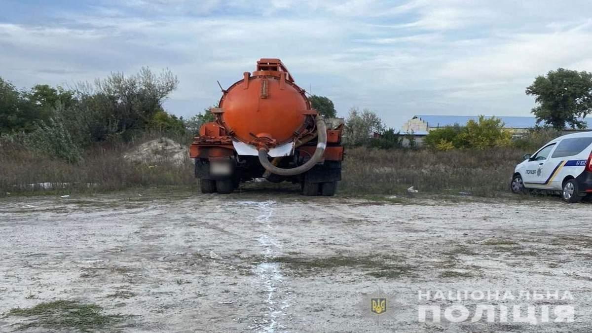 На Полтавщині зливали нечистоти в полі: фото