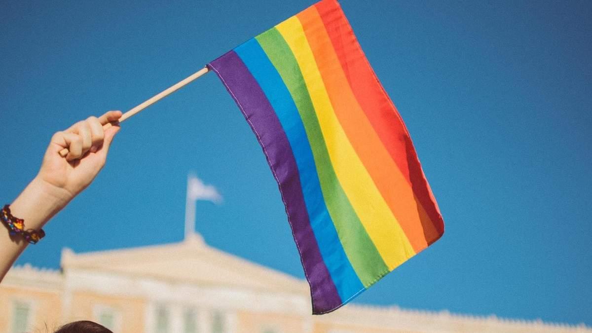 У РФ заарештували активіста, який розвішував прапори ЛГБТ у Москві