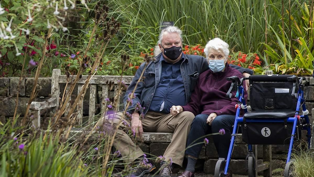 У Польщі через спалах COVID-19 вводять години літніх людей