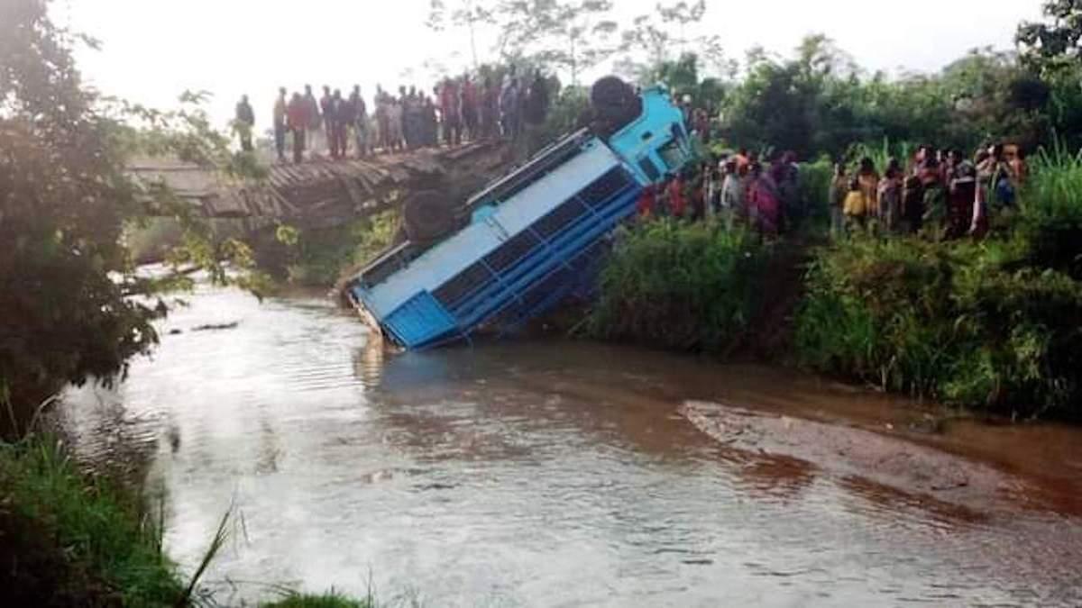 Їхали на весілля: у Бурунді під автобусом обвалився міст, 16 загиблих