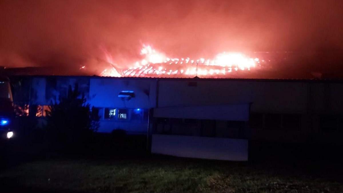 У Мукачеві горіла лижна фабрика Тиса 12.10.2020: фото