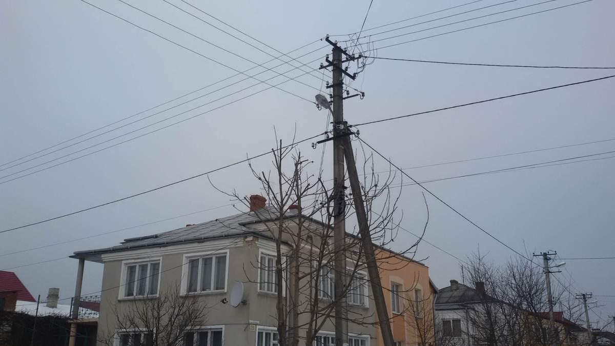 В Николаеве парень перелезал по проводам между домами