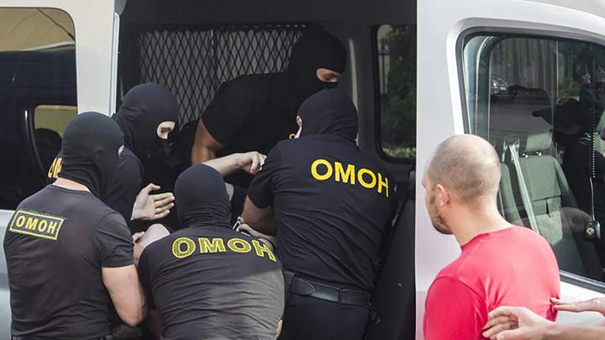 Оточили та били кийками: відео катувань білоруських протестувальників