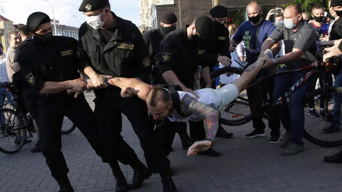 В Беларуси против митингующих могут применить боевое оружие