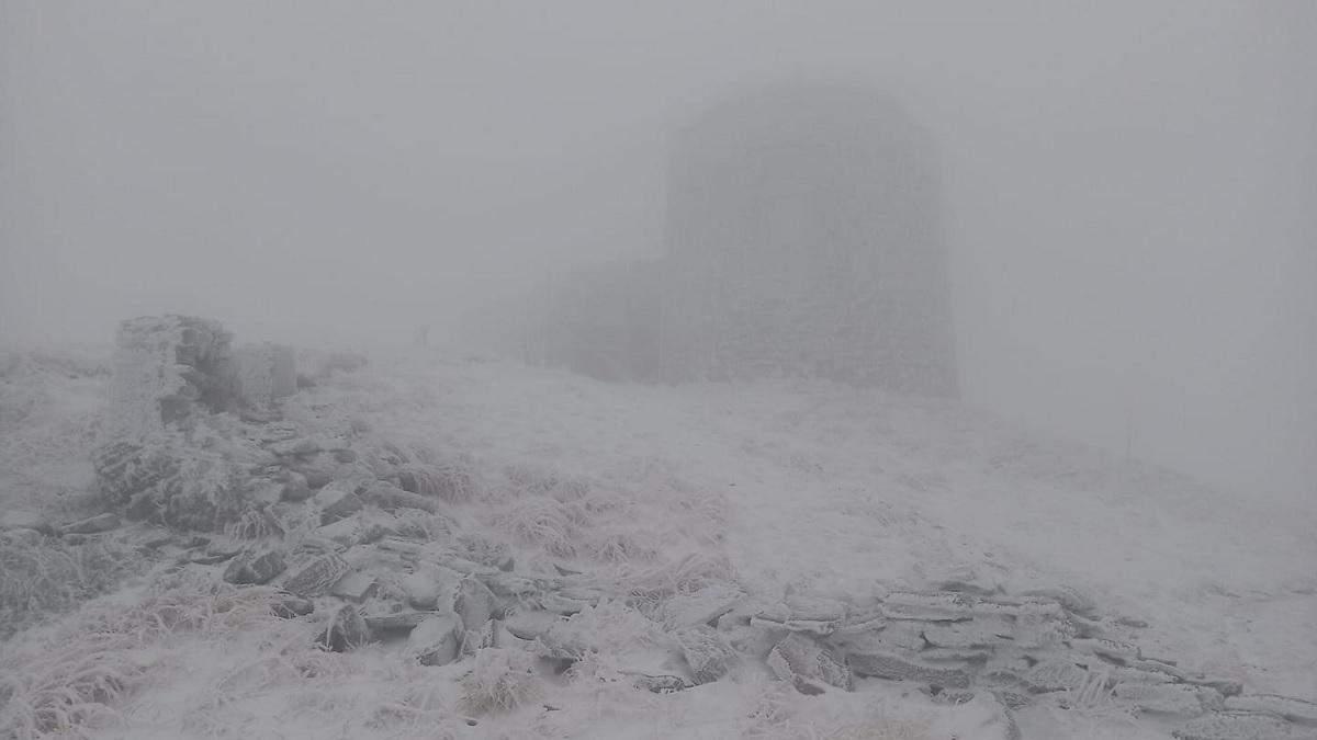 В Карпатах випав і другий день лежить сніг: фото