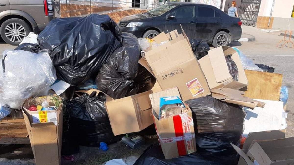 Гори побутового сміття на вулицях Керчі: фото