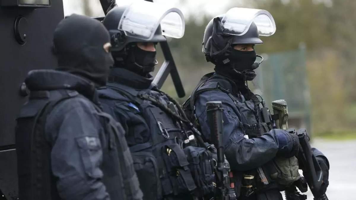 Чеченец убил учителя в пригороде Парижа: сколько людей задержали