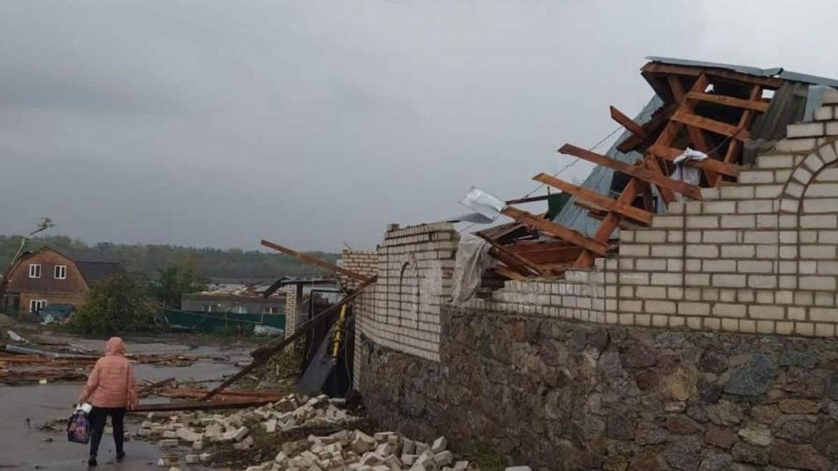 Пошкоджені будинки, затоплення: Україну накрила негода – фото, відео
