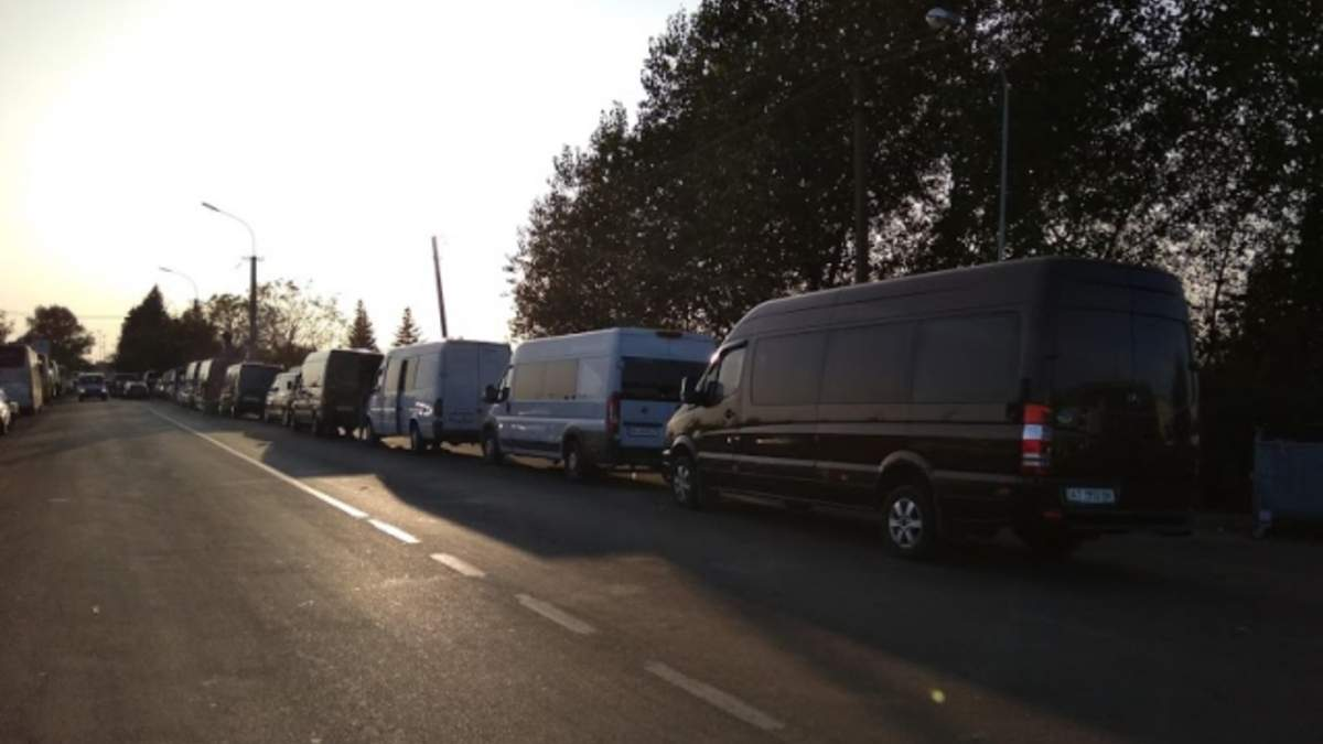 На кордоні з Угорщиною в черзі стоять сотні автомобілів