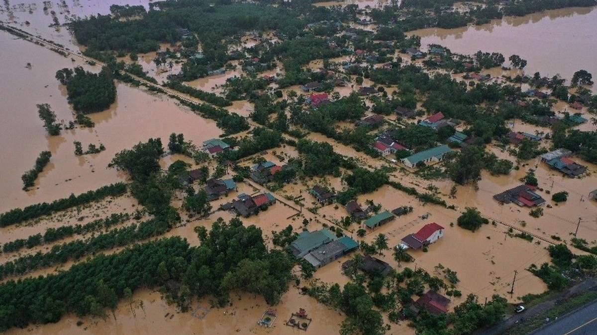 Повінь накрила В'єтнам: понад 70 жертв, військові під завалами
