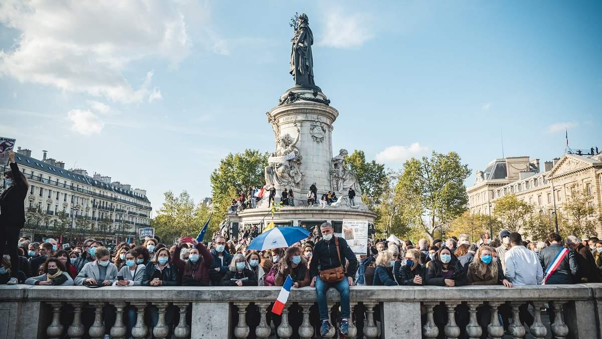У Парижі та інших містах Франції відбулася багатотисячна акція пам'яті вчителя, якого по-звірячому вбив чеченець