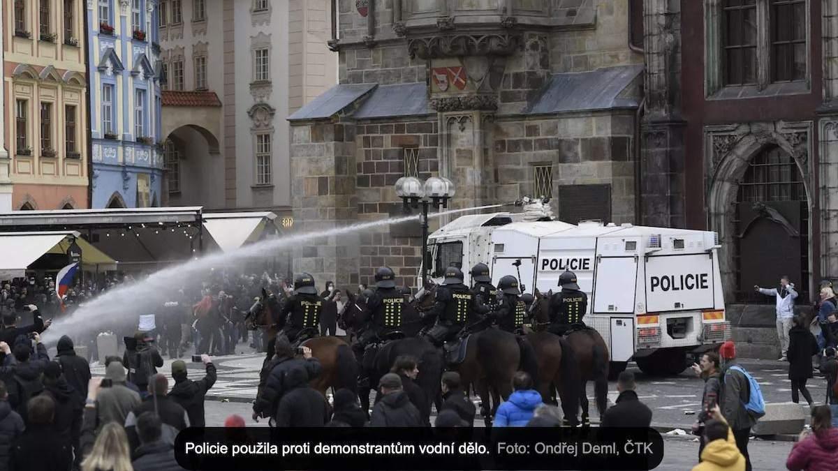 В Праге люди бунтовали против карантина, полиция применила водометы