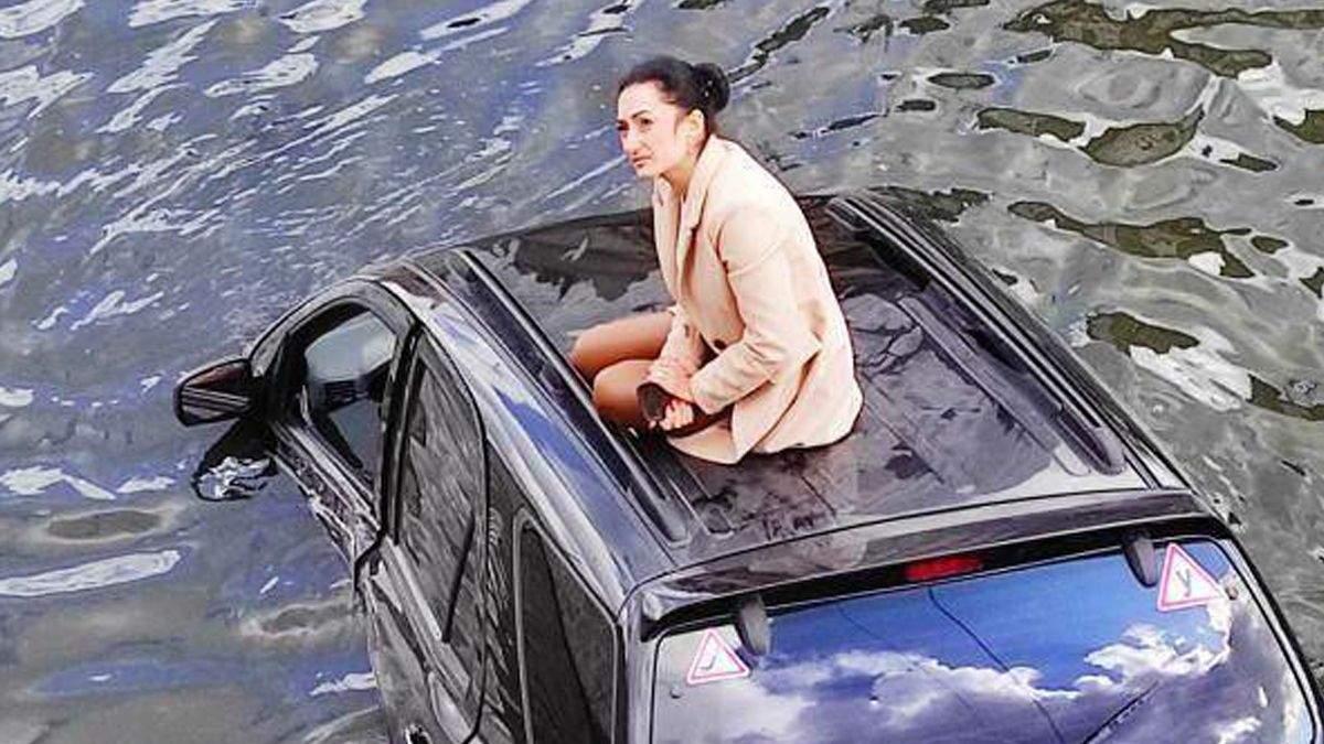 В Харькове джип упал в реку: водитель стала мемом - видео