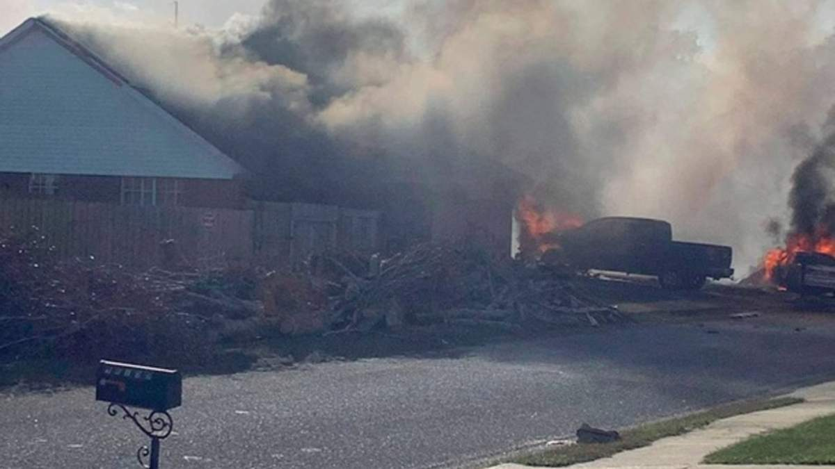 Военный самолет упал в жилом квартале в США и вспыхнул: видео