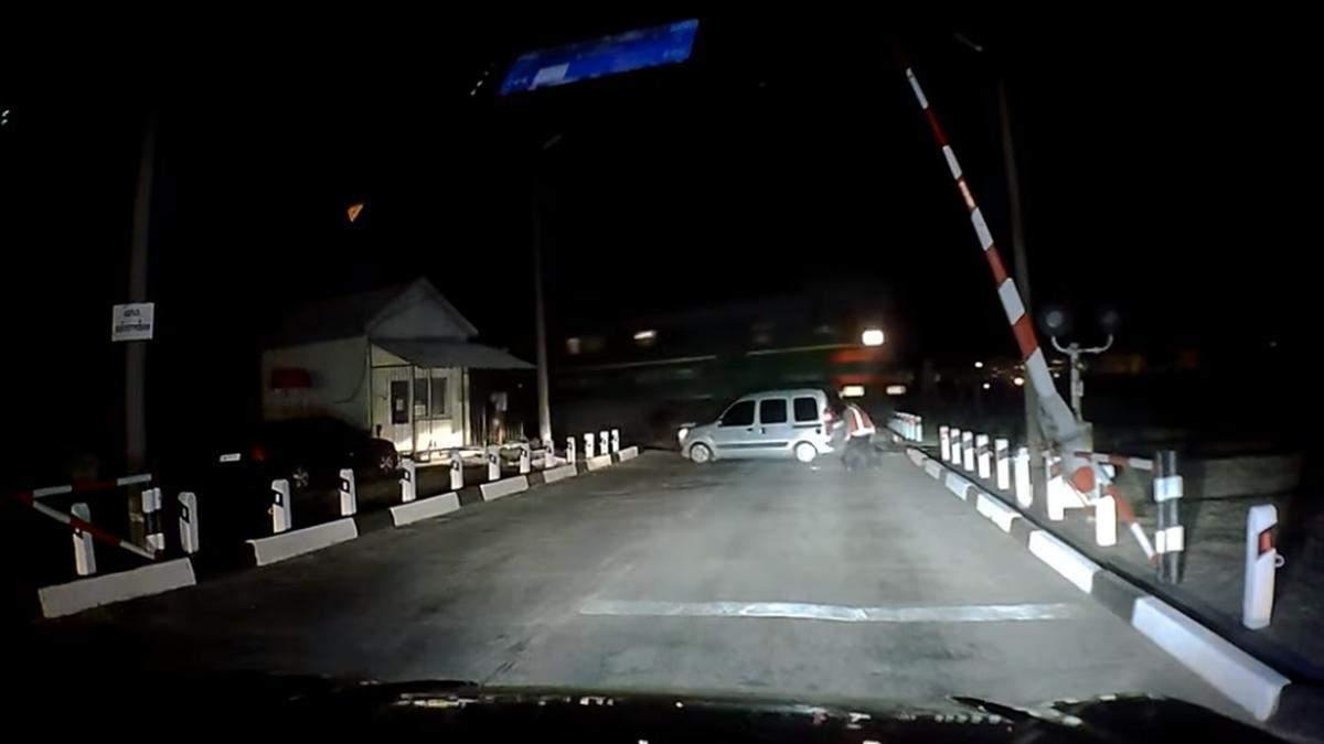 Через неробочі світлофори: на Запоріжжі потяг розтрощив мінівен