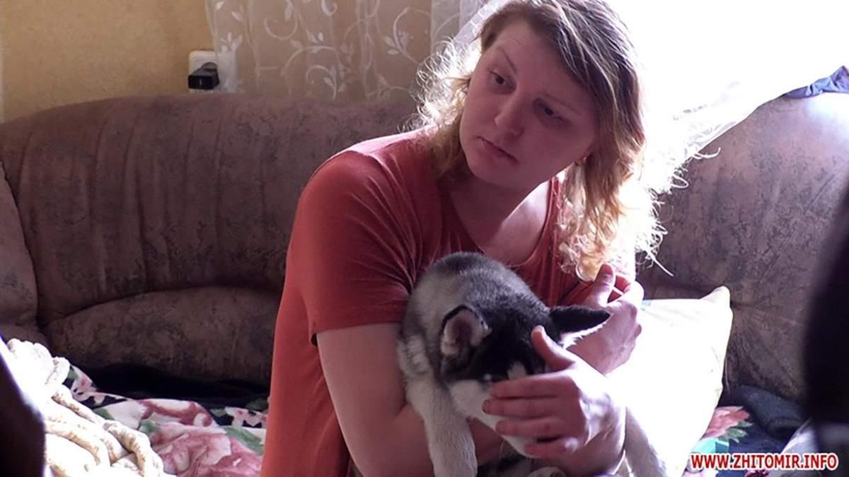 Жінка жорстоко знущалась з собки в Житомирі: відео, фото