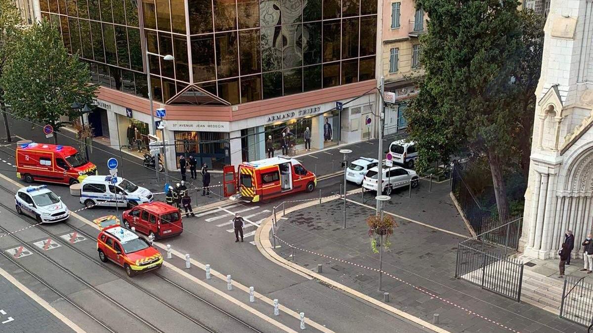 Мужчина с ножом напал на людей в церкви в Ницце: обезглавил мужчину и женщину, много раненых