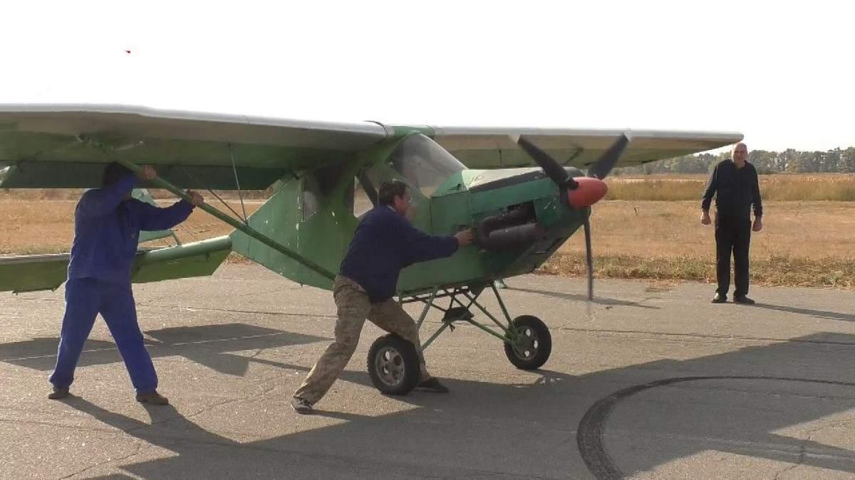 В Черкасской области 65-летний мужчина конструирует самолеты, видео